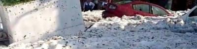 В Мексике город покрылся метровым слоем льда после сильного града