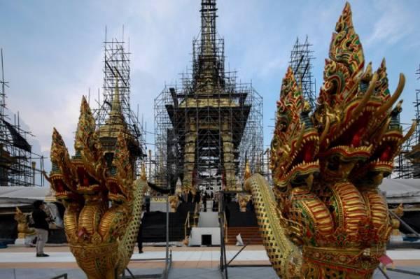Photo of Таиланд просит туристов соблюдать дресс-код в связи с трауром по королю