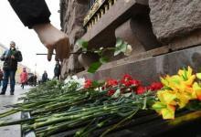 Photo of Семьи жертв теракта в Петербурге и городские власти возложили цветы у метро