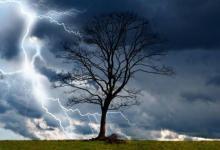 Фото Британка сняла на видео падение неизвестного предмета с неба во время грозы
