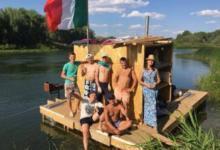 Фото На «Айплоту» по Уралу. Оренбуржцы сплавляются по реке на самодельном судне