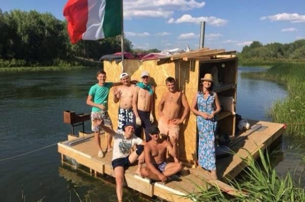 На «Айплоту» по Уралу. Оренбуржцы сплавляются по реке на самодельном судне