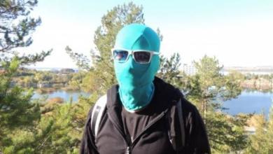 Photo of Челябинский «Чистомэн». Незнакомец в маске убирается в парках и скверах