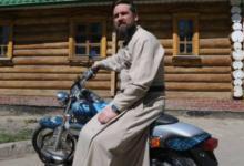 Photo of Батюшка набайке. Зачем священник ездит постране намотоцикле?