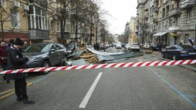 Фото В Киеве из помещения суда ветром унесло часть архива