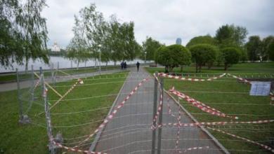 Фото У будущей церкви в екатеринбургском сквере строят забор под охраной МВД