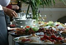 Фото Отельер рассказал, что в Турции повторно выносят продукты на шведский стол