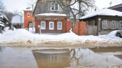 Фото Из-за разлива реки Лены в Якутске была повреждена дамба